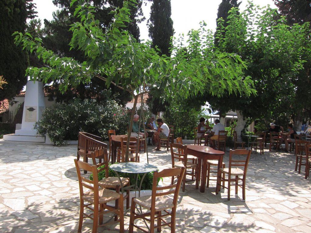 Alonissos Chora Meydanı'nda kafeterya