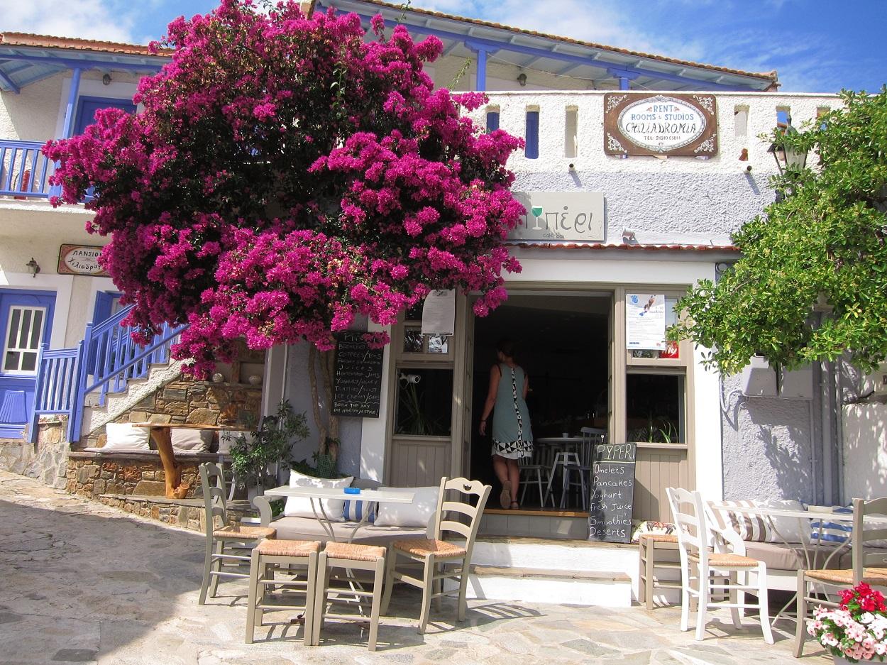 Alonissos Chora meydanında bir kafeterya