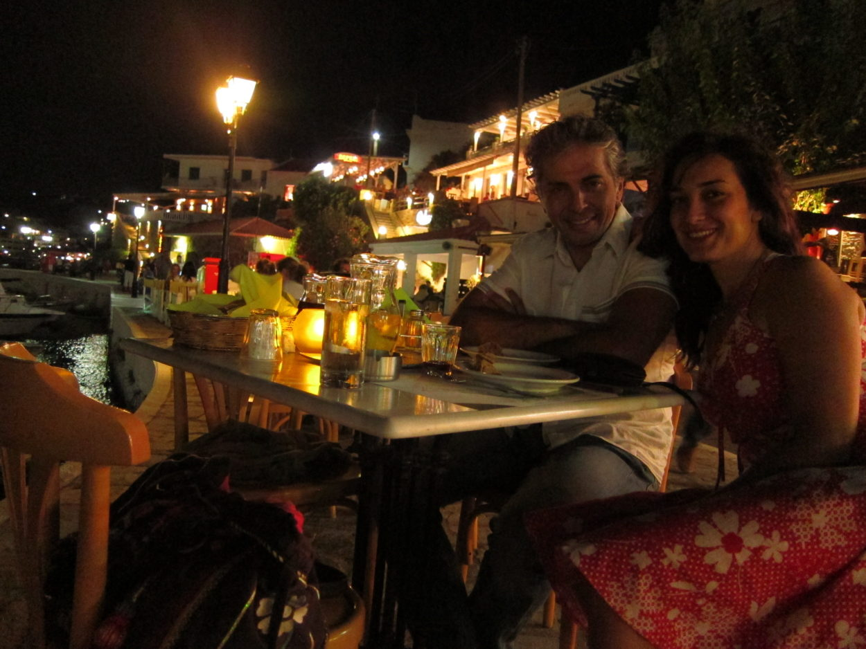 Andros Batsi sahilde yemek