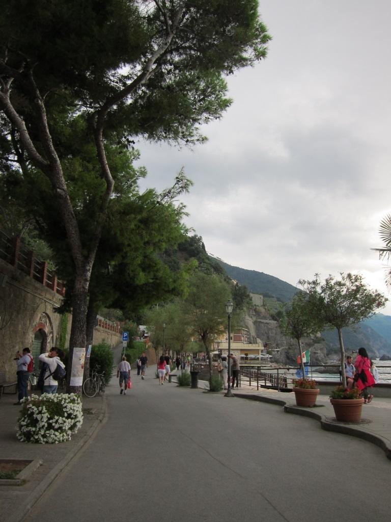 Monterosso tren istasyonundan sahil yolu