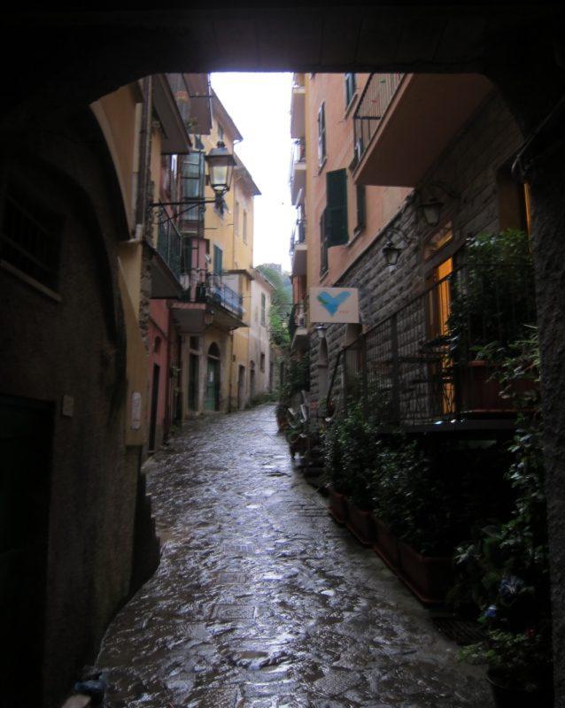 Monterosso eski şehirde bir sokak