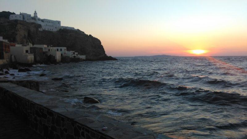Mandraki manastır ve gün batımı