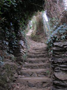 Monterosso-Vernazza yolu üzerinde ucu gözükmeyen merdivenler