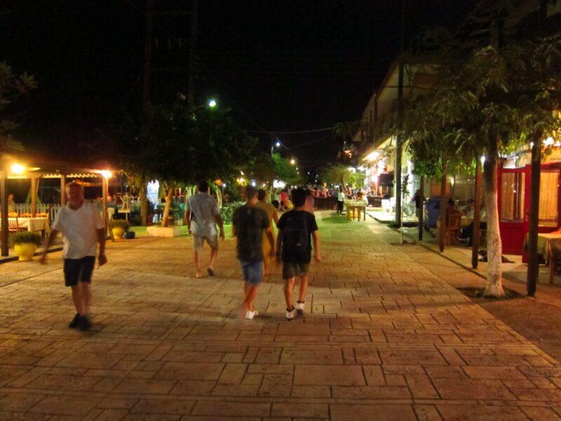 Halkidiki Nea roda sokaklar akşam