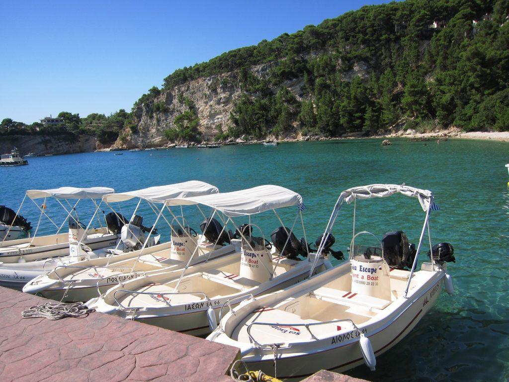 Patitiri 'deki küçük kiralık tekneler