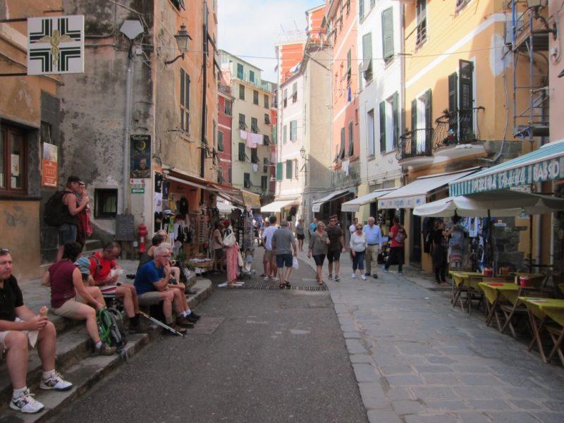 Vernazza ana cadde, solda Corniglia tabelası
