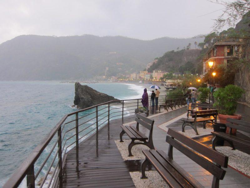 Yağmurlu günde Monterosso sahil