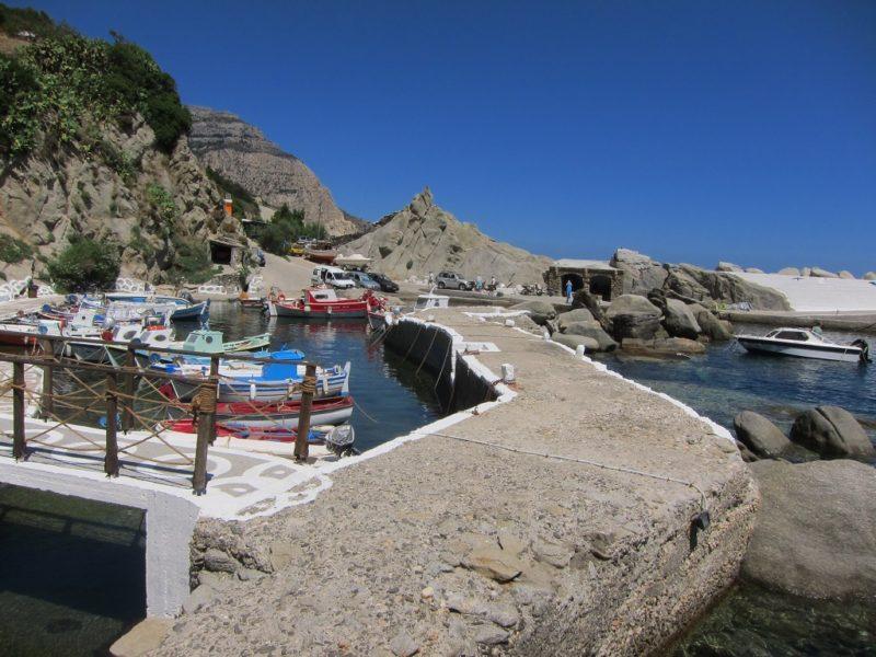 İkaria Magganitis liman ve kayiklar